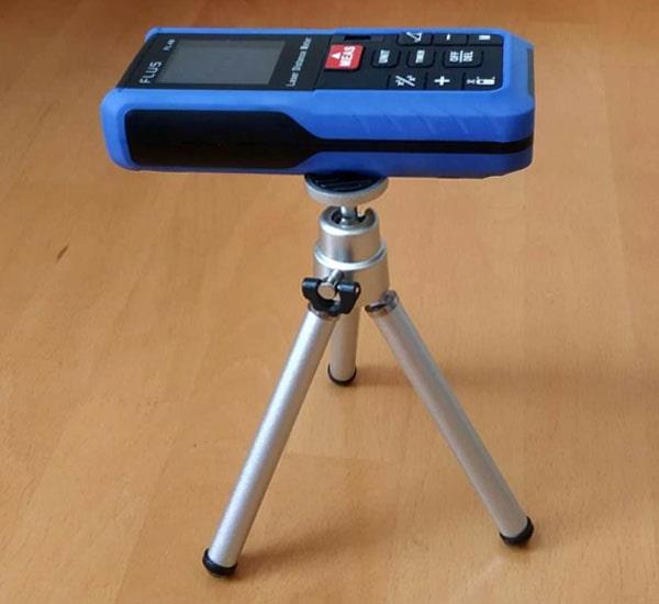 Лазерний далекомір на тринозі